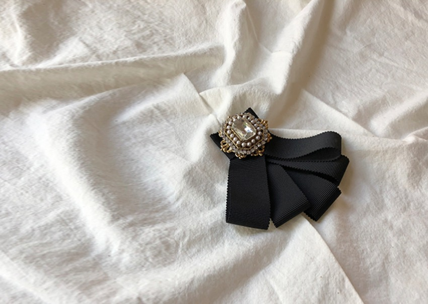 Oscar ribbon brooch