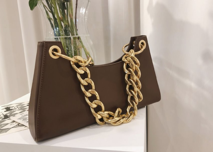 Bold chain bag